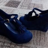Жіночі стильні туфлі на танкетці, ефектна моделька.дорого виглядає